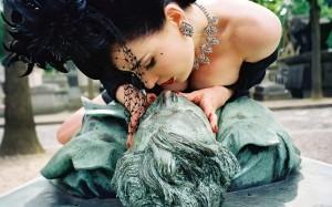 Dita Von Teese kisses Victor Noir - Père Lachaise